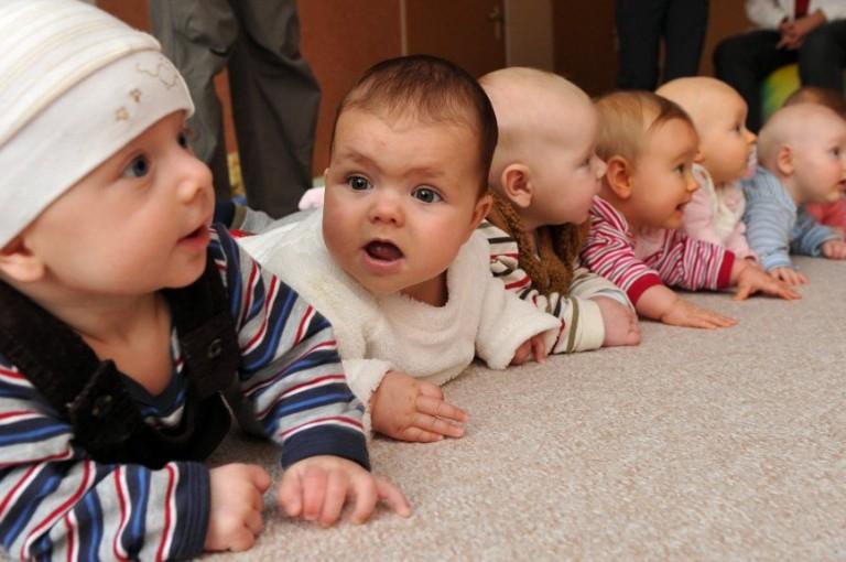 Überraschung lässt bei Babys und Großen gleiche Hirnwellen schwingen