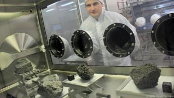 Ludovic Ferriere mit großen Apollo-Gesteinsproben im Lunar Sample Processing Laboratory der NASA
