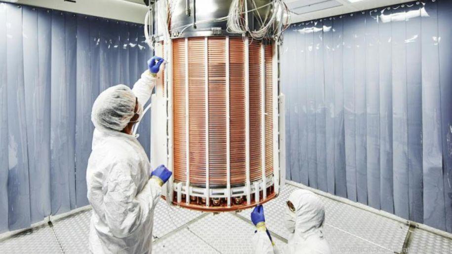 Wissenschafter beim Aufbau der Zeit-Projektionskammer