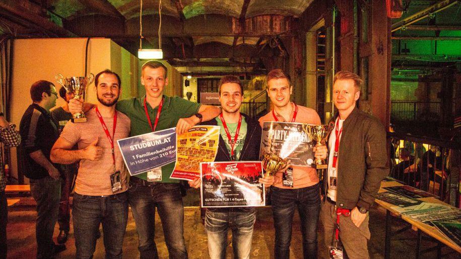 v.l.n.r. Wolfgang Tritthart (win2day Pokermanager), Med Uni IBK Team Daniel Bramböck, Michael Schett & Daniel Pfister, Tommy Fermüller (Veranstalter)